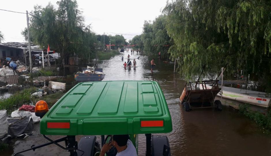 26 personas evacuadas en Reconquista y varios más permanecen en sus viviendas rodeados de agua. Entregaron las donaciones de la comunidad, lo que revivimos en fotos. Informe de situación.