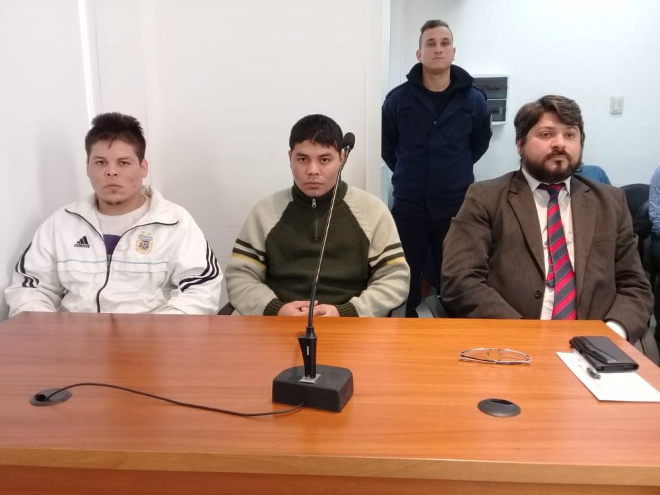 28082018 hermanos Acosta junto al defensor público José Luis Estévez.jpg