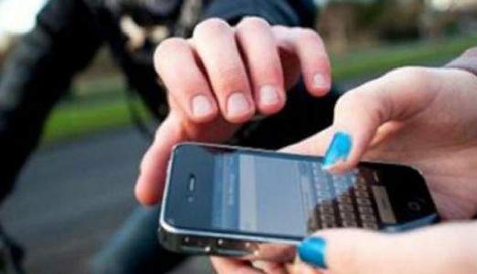 En plena tarde motochorros robaron el IPhone 7 color dorado a un menor.