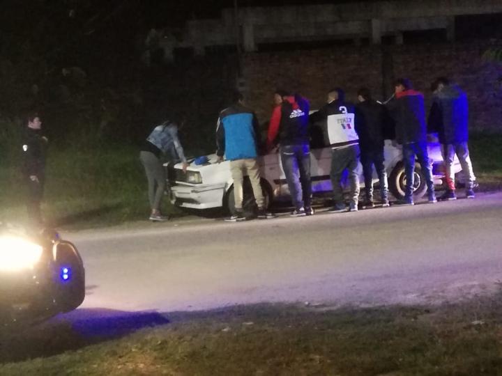 07062019 8 personas en un auto que paró la policía b.jpg