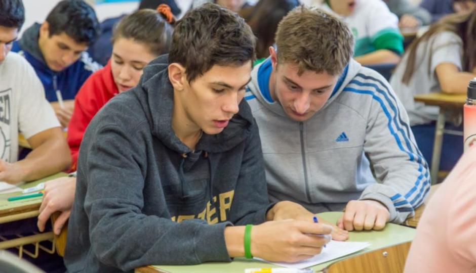 Qué porcentaje alcanza hoy la tasa de escolarización secundaria en la provincia y cuánto creció en 9 años según el gobierno provincial. De qué más se jactan en el informe difundido este lunes.