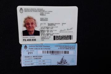 27102019 elecciones votó Mercedes Raselli DNI.jfif