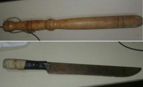 Con machete y un palo provocando molestias en un domicilio a media mañana de este domingo. Por unas horas quedaron aprehendidos.