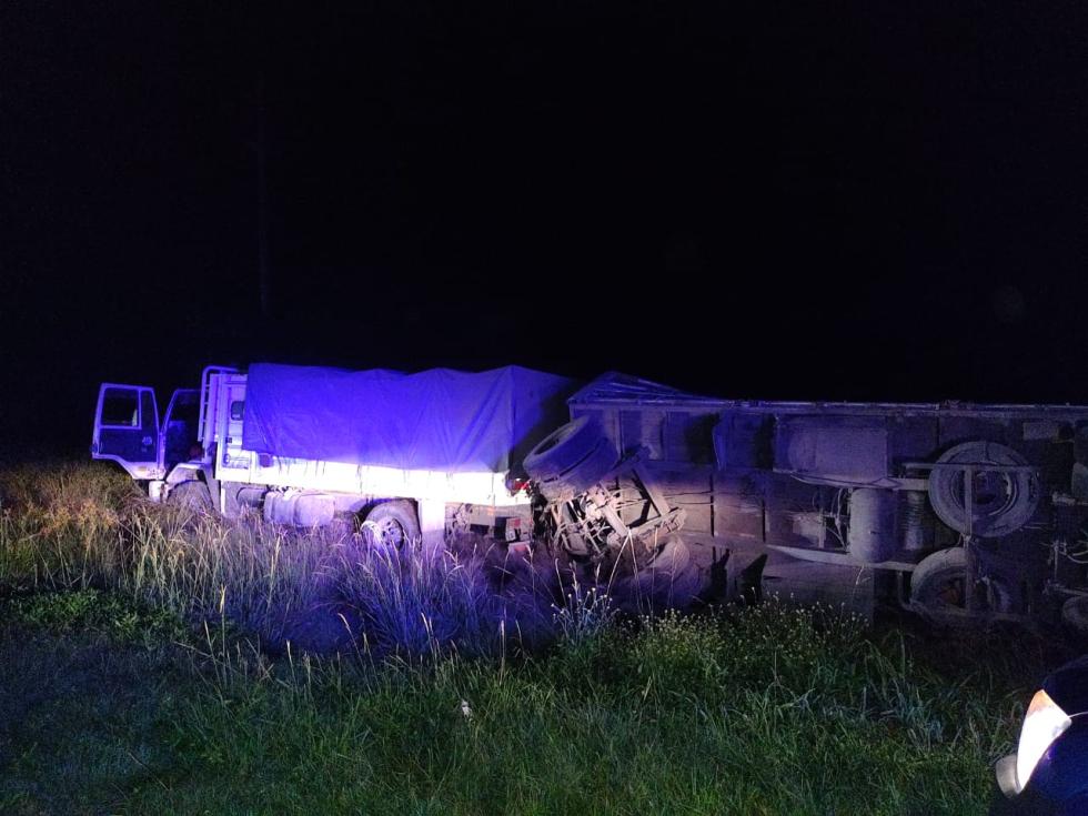 Camion despistado y acoplado tumbado en ruta nacional 11 interseccion con la ruta provincial 3.jpeg