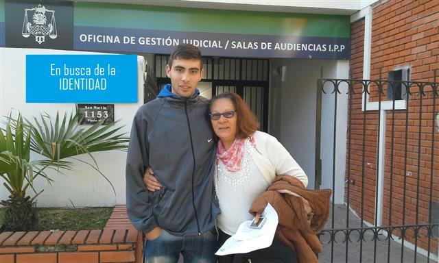 Gaspar Gabriel Ortega y su mama Graciela Ortega abrazados (Custom).jpg