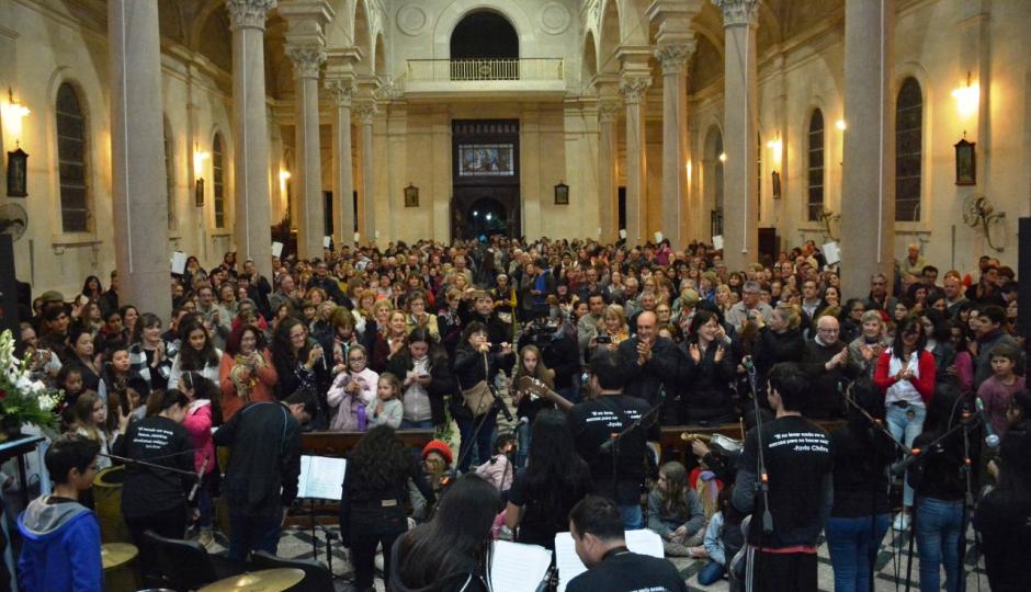 La Orquesta Juvenil de Instrumentos Reciclados conmovió a Reconquista en su presentación en la Iglesia Catedral.