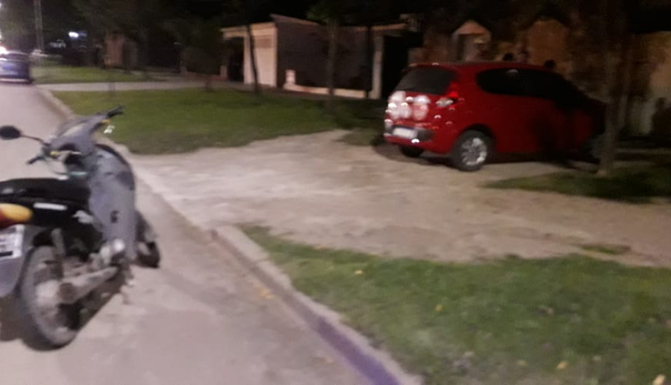 Chocaron un auto y una moto y la mujer que guiaba esta última terminó en el hospital.