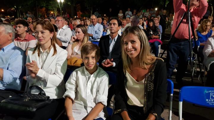06122019 Natalia Berlanda y su hijo Fausto Scarpín al asumir su padre Dionisio el tercer mandato como intendente de Avellaneda.jfif