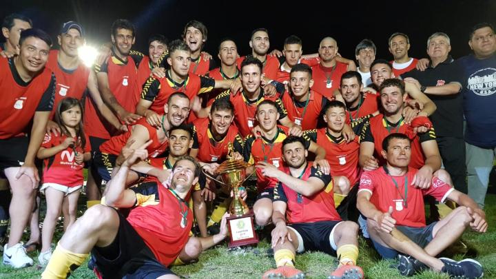 08122019 Romang FC campeón 2019 Liga reconquistense de fútbol equipo con la copa.jpeg