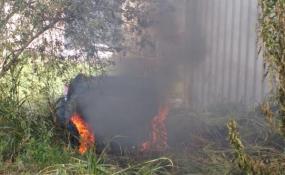 Quemaban pastos de un baldío en el Distrito de Industrias y Talleres y casi incendiaron una empresa. La salvaron un vecino y bomberos. Video del hecho.