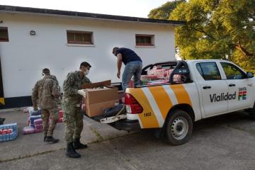 Personal de la III Brigada Aérea colabora en el armado de bolsones y la distribución de alimentos.