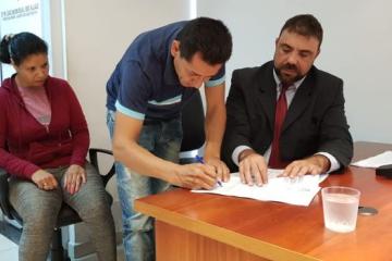 Héctor Barrios firmando su condena ante la vista de su abogado, Andrés Ghio..jpg