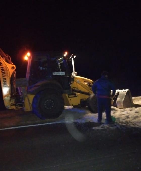 Volcó un camión esta madrugada y mientras la ruta se hallaba cortada una ambulancia fue embestida por otro transporte.