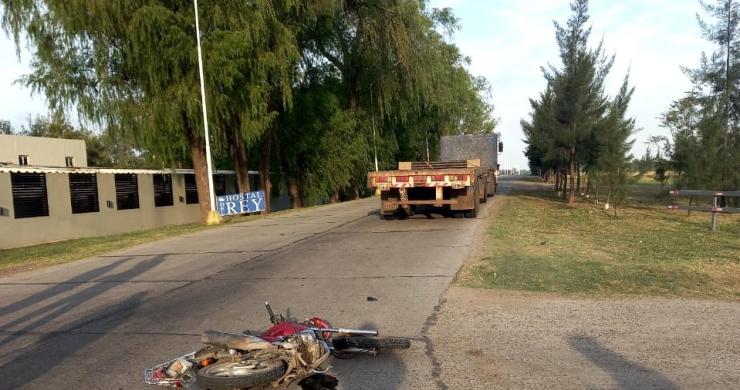 Gravísimas lesiones sufrió una motociclista tras chocar contra un camión. La mujer había dejado a su hija en la escuela. IMPACTANTE VIDEO DEL MOMENTO DEL SINIESTRO