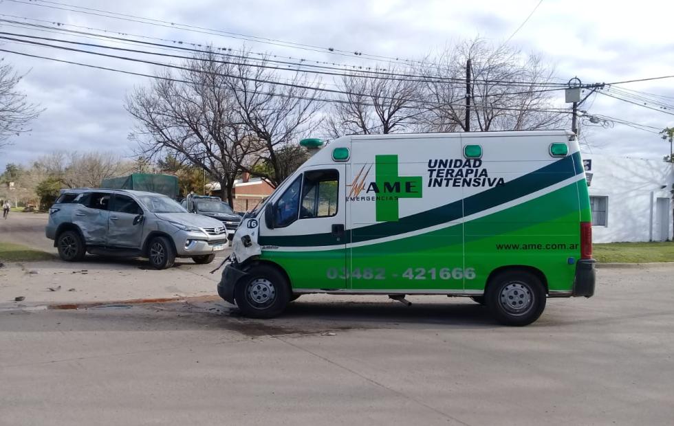Tremendo choque urbano de una ambulancia de AME. Volcó la camioneta del dueño de RTC