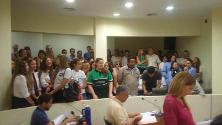 Concejo Municipal reconocimiento a Renata Soria y Giana Saita mejores promedio 2018 b.jpg