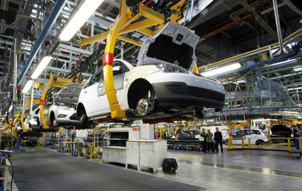 La actividad industrial cayó 13,3% y la construcción 15,9%, según datos de noviembre del Indec.