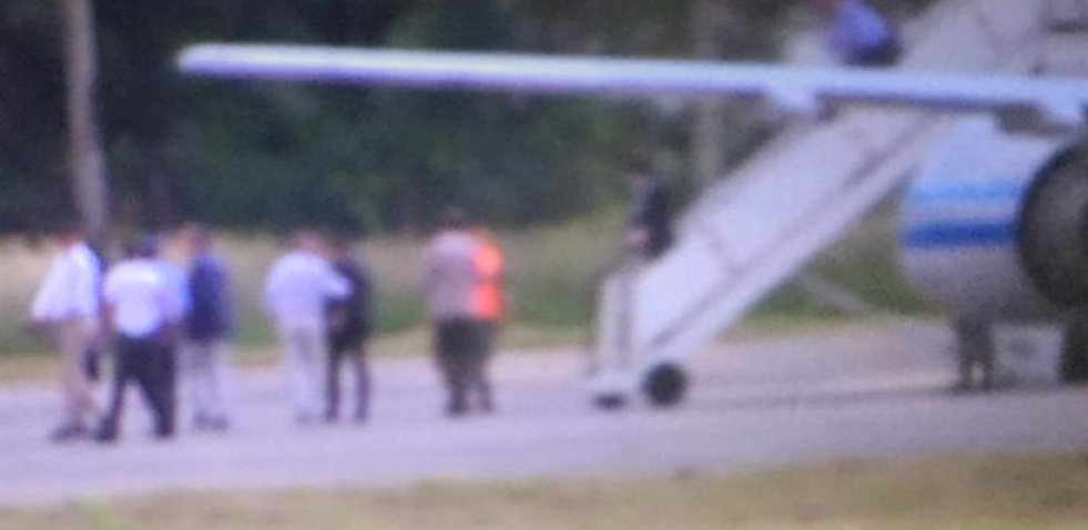 31012019 macri en Reconquista al bajar del avion para subir al helicoptero.jfif