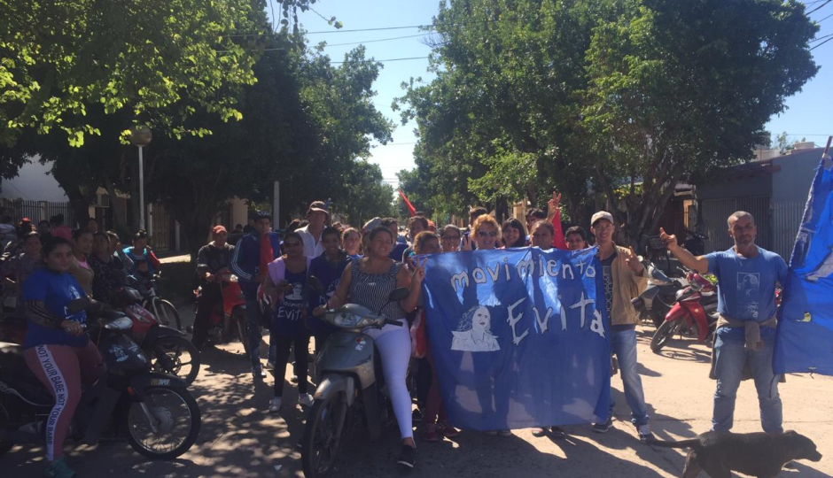 """El movimiento Evita se movilizó en Reconquista pidiendo el aumento en la tarjeta ciudadana y más ayuda social porque """"los comedores se desbordan""""."""