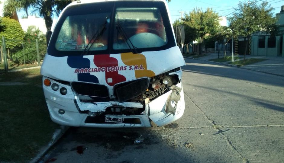Mirá el video cómo lo hizo!. Marcha atrás destrozó su auto contra un ómnibus estacionado y huyó. Quién se hizo cargo del desastre.