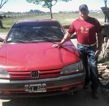 lucio cipres y su auto peugeot (Custom).jpg