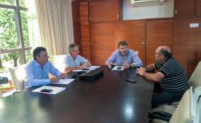 Reunión de Vialidad y el director provincial de Producción Lechera y Apícola. Buscan coordinar programas de mejoramiento de caminos rurales y garantizar así el traslado de la producción.