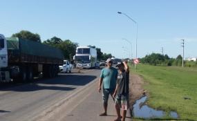 Cuarto día de protesta sobre la Ruta 11 de los trabajadores desocupados del Ingenio Azucarero de Las Toscas .
