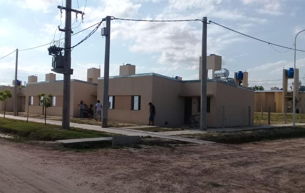 Se entregaron de urgencia las 30 viviendas para vecinos de Barrio Cooperación, opinión de los adjudicatarios y el informe del Senador Marcón, fotos y video de la visita de ReconquistaHOY