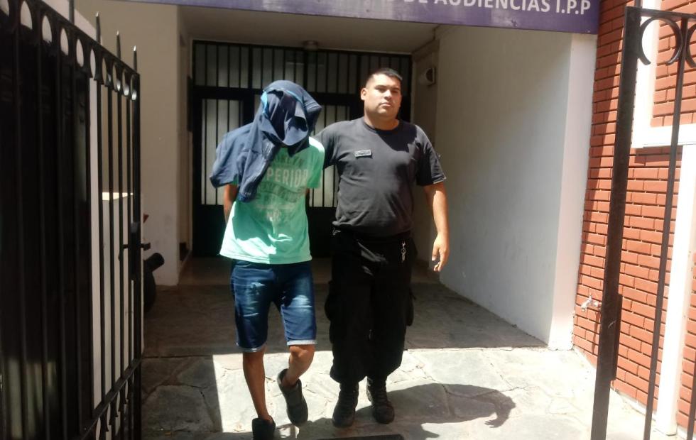 Lo aprehendieron con arma de fuego lista para usar y lo dejaron en libertad, dos días después cayó preso nuevamente por asalto a mano armada y herir a su víctima. Qué decidió la jueza.