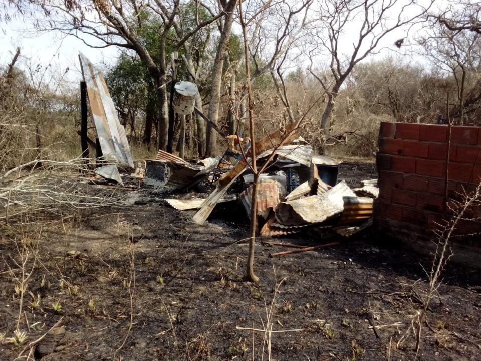 wingeyer colmenas para miel orgánica en Romang quemado todo construcción.jpg