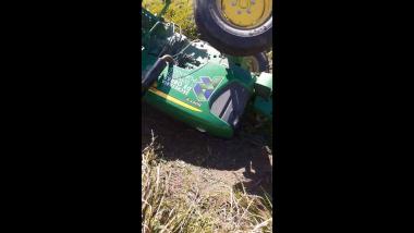 Tractor de la Municipalidad de Reconquista volcado.jpg