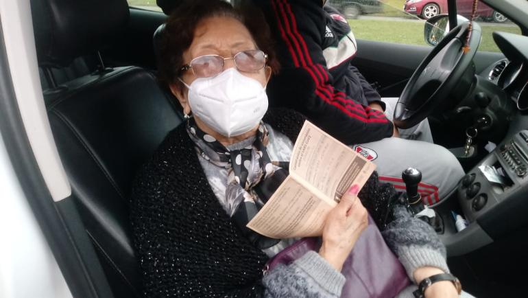 Laura Desaidel con 96 años concurrio a vacunarse.jpeg