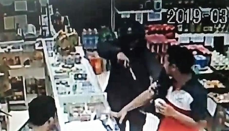 Robaron otro comercio a punta de arma de fuego. También quedó filmado. El video.