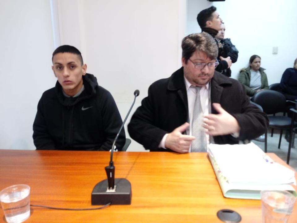 Lucas Aquino junto al Defensor Público, José Luis Estévez.