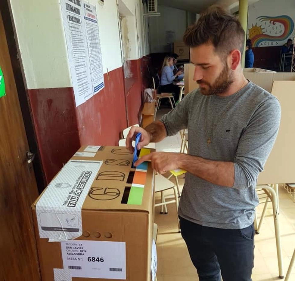 Oscar Dolzani Comuna de Alejandra votando.jpg