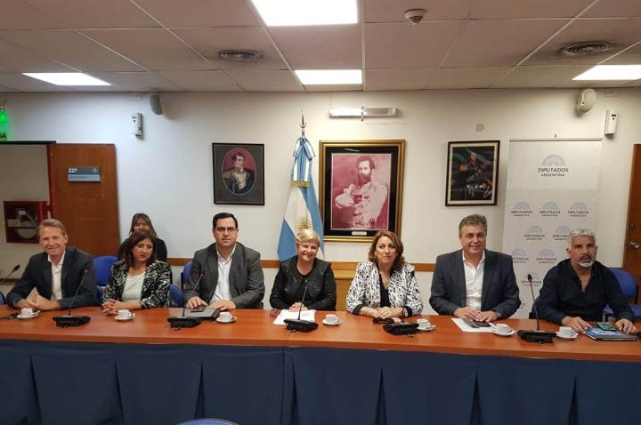 El Intendente Enri Vallejos en el Congreso Nacional junto a intendentes y legisladores nacionales para discutir el Presupuesto 2019 (3).jpg