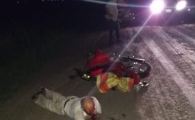 Circulaba en moto por un camino rural y terminó derrapando. Tiene 73 años y resultó con lesiones.