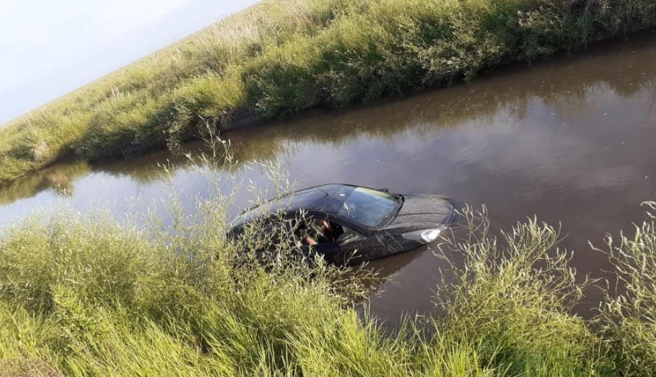 Perdió el control del vehículo y terminó en un desagüe.
