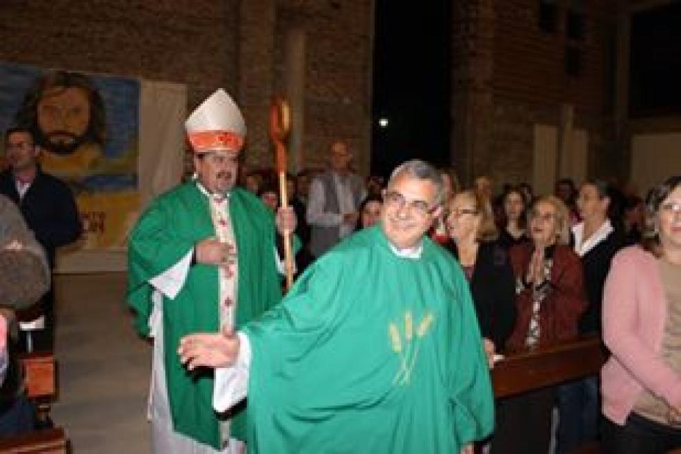 Padre Nestor Monzon con obispo Macin.jpg
