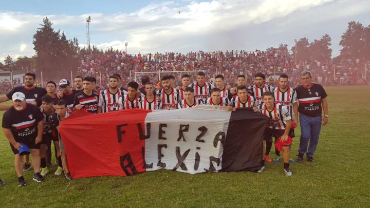 08122019 Tiro final LRF jugadores con bandera x Alexis.jfif