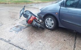 Chocaron un auto y un moto, la motociclista fue trasladada al hospital.