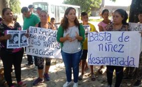 """Vecinos se concentraron en el ingreso al Barrio Guadalupe. Pidieron """"Justicia por Adrián"""" y por la niñez que dicen vive al desamparo de un Estado y una sociedad que les da la espalda."""
