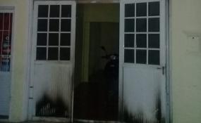 Salió a hacer un mandado y al regresar vio que se incendiaba su casa. Dentro se encontraba su pareja y el hijo de esta.