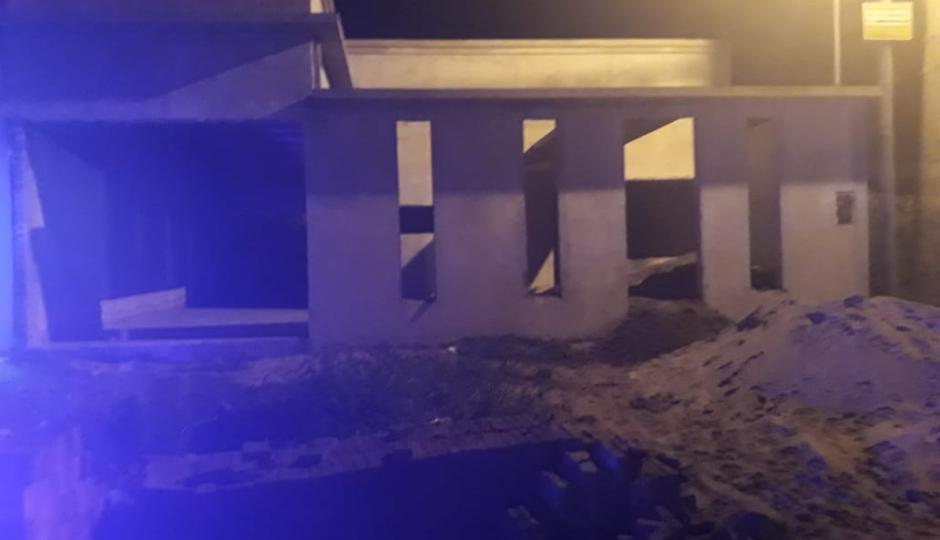 Un vecino observó a dos jóvenes en actitud sospechosa, llamó a la policía y está los sorprendió robando en una obra en construcción.