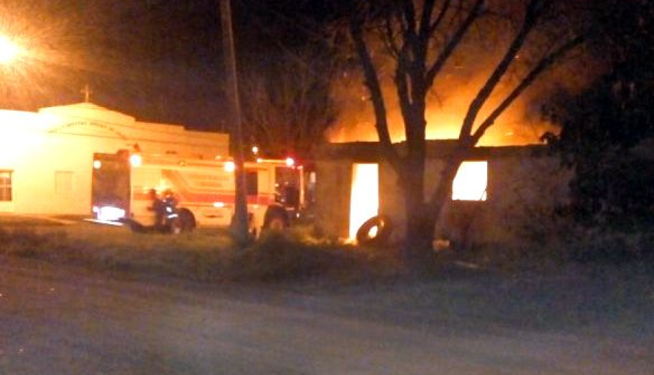 Se incendió una casa donde acumulaban chatarras. Imágenes y un video de los Bomberos en acción.