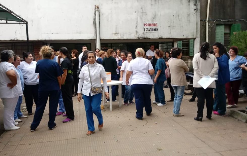 Miembros de la comunidad hospitalaria protestaron tras el suicidio de la enfermera Cintia Garcilazo y por otros casos. Su dolor y qué reclamaron.