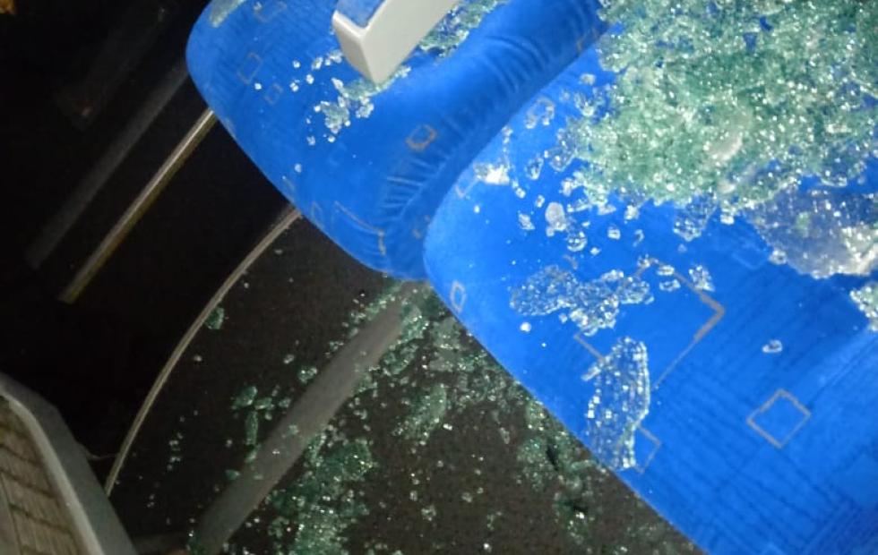 """Dicen que """"no fueron proyectiles los dos estampidos"""" que se escucharon cuando se rompieron los cristales del ómnibus que trasladaba a los policías por Ruta 11."""