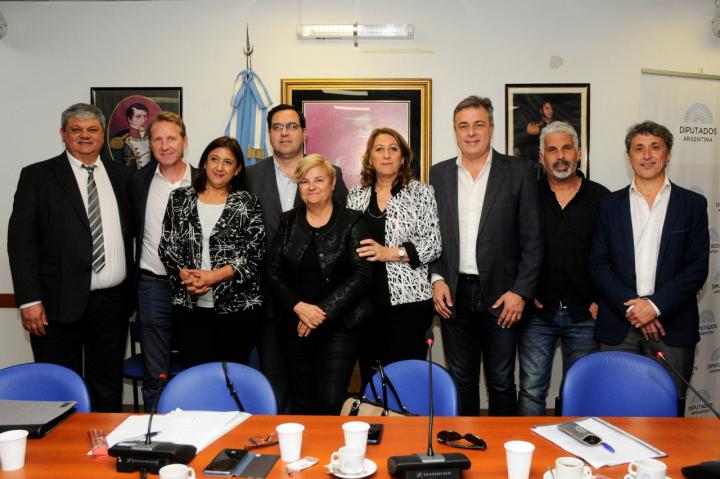 El Intendente Enri Vallejos en el Congreso Nacional junto a intendentes y legisladores nacionales para discutir el Presupuesto 2019 (1).jpg
