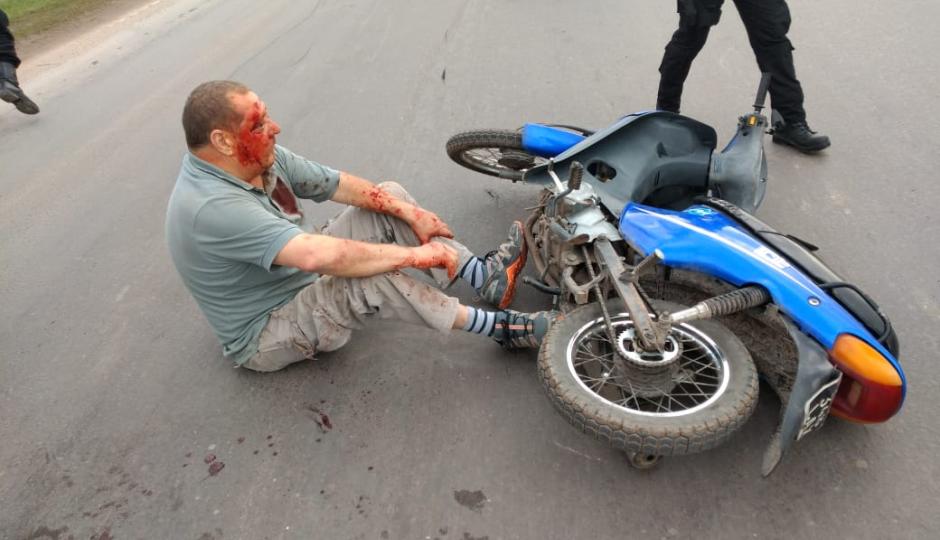 Qué le pasó al conductor de una moto que se pegó un porrazo y lo tuvieron que llevar al hospital.