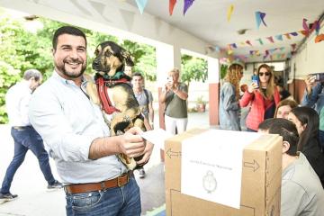 27102019 elecciones votó Marcos Cleri con su perro en brazos.jfif